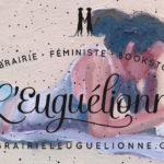 Le logo de l'Euguélionne est superposé par dessus une peinture à l'huile d'une femme qui lit sur la plage.