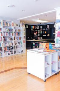 Intérieur de la librairie, cube sur roulettes
