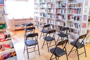 Intérieur de la librairie avec quelques chaises