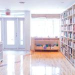 Espace principal de la librairie, avec les cubes dégagés.