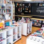Espace principal de la librairie, avec blocs de livres. ©VivienGaumand